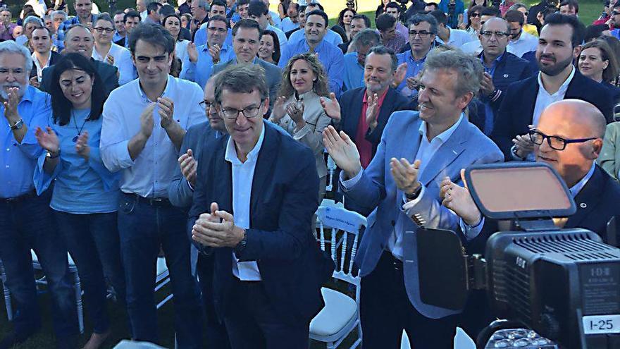 Feijóo, aplaudido por la cúpula del PP gallego tras anunciar que se queda en Galicia