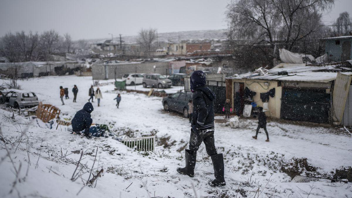 Varias personas en la calle durante la nevada este 7 de enero en la Cañada Real