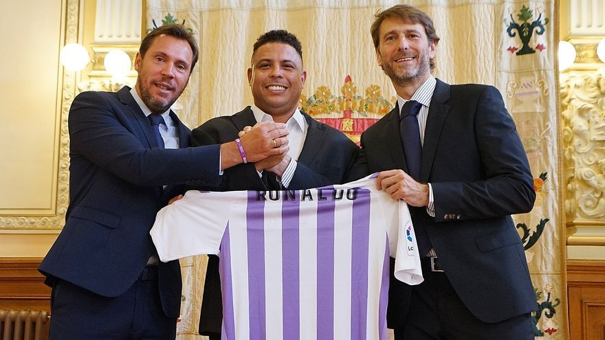 El alcalde de Valladolid, Óscar Puente, el exfutbolista Ronaldo Nazario y el presidente del club, Carlos Suárez.
