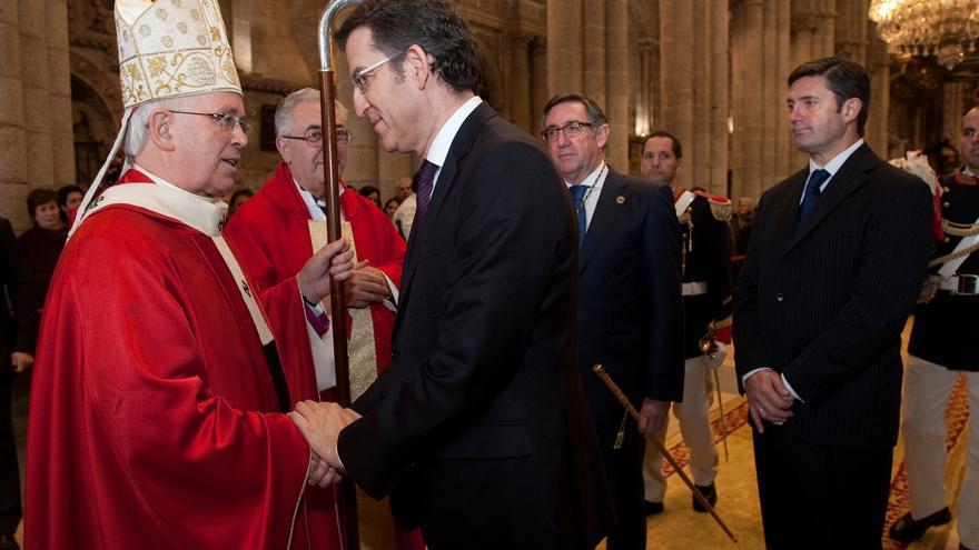 Feijóo saluda al arzobispo de Santiago durante una ceremonia en la Catedral en la que el presidente gallego representó al rey