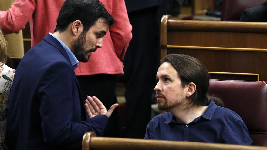 Pablo Iglesias y Alberto Garzón conversan durante la sesión constitutiva del Congreso / Foto: Sergio Barrenechea (EFE)