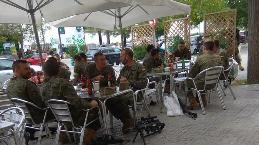 Soldados en Villafranca tomando cerveza con sus armas en el suelo.