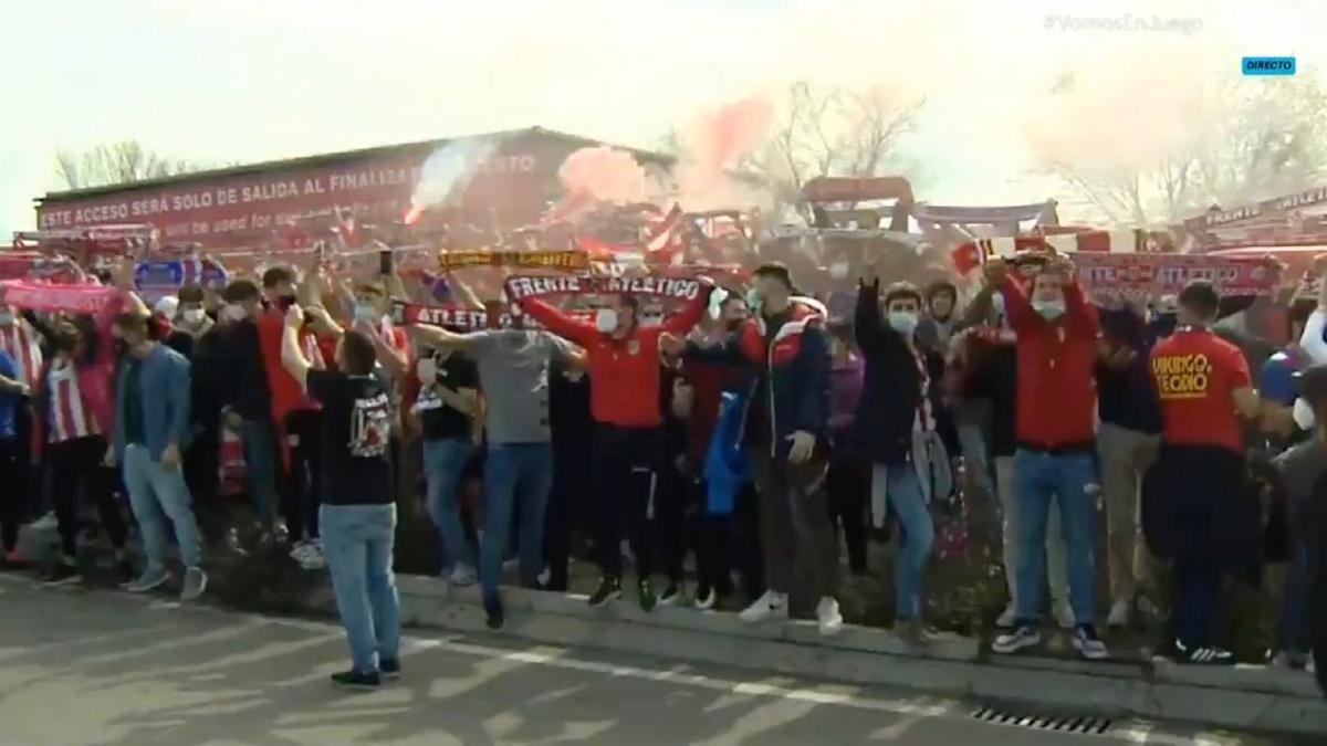 Cientos de aficionados en el exterior del Metropolitano