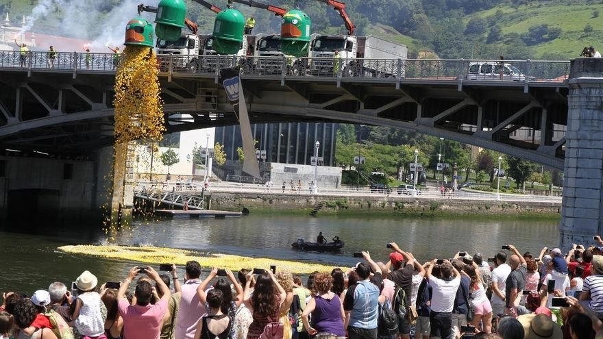 Un total de 30.00 patos surcan la Ría de Bilbao con motivo de la V Estropatada WOP