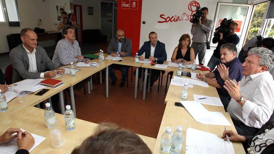 Los candidatos electos del PSOE, Augusto Hidalgo (c); Las Palmas Puede, Javier Doreste (2i) y Sergio Millares (i); y de Nueva Canarias, Pedro Quevedo (d). (EFE/Elvira Urquijo A.).