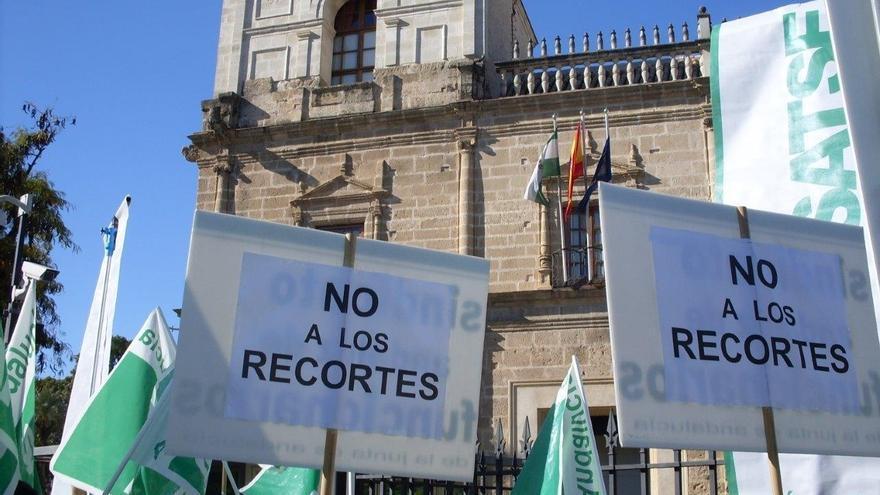 Más de 1.000 personas se concentran en el Parlamento contra los recortes, convocados por ocho sindicatos profesionales