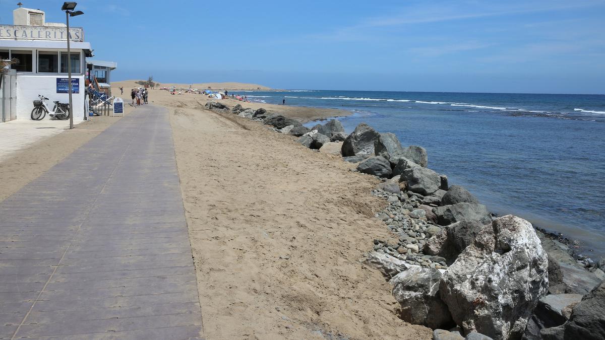 Rocas amontonadas en la escollera de la playa de Maspalomas que fueron movidas por tractores durante la noche del sábado 17 de abril.