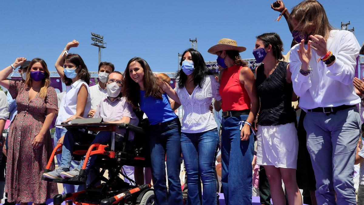 Ione Belarra, con varios miembros de la nueva dirección, como Irene Montero, Pablo Echenique, Isa Serra o Pablo Fernández, tras la Asamblea de Podemos