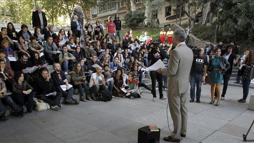 El profesor de Filología italiana de la Universidad Complutense, Juan Varela, durante una clase en el Paseo de la Castellana. / Efe