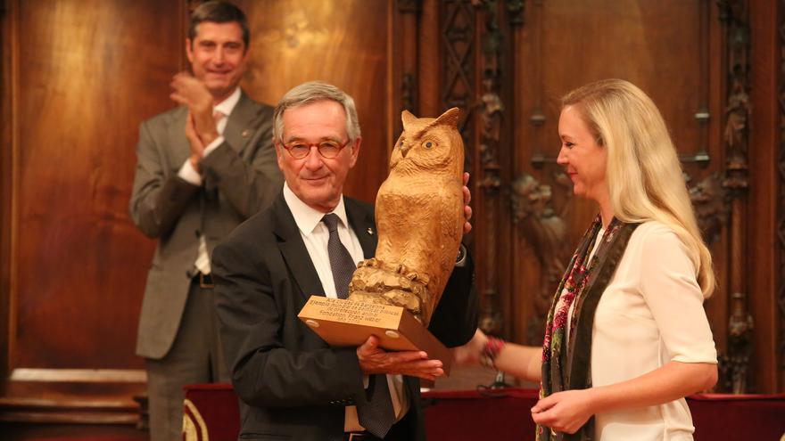 Xavier Trías, alcalde de Barcelona, con Vera Weber, presidenta de la Fondation Franz Weber. Detrás, Jordi Martí, Regidor de Presidencia y encargado de la Política Pública de Protección Animal.