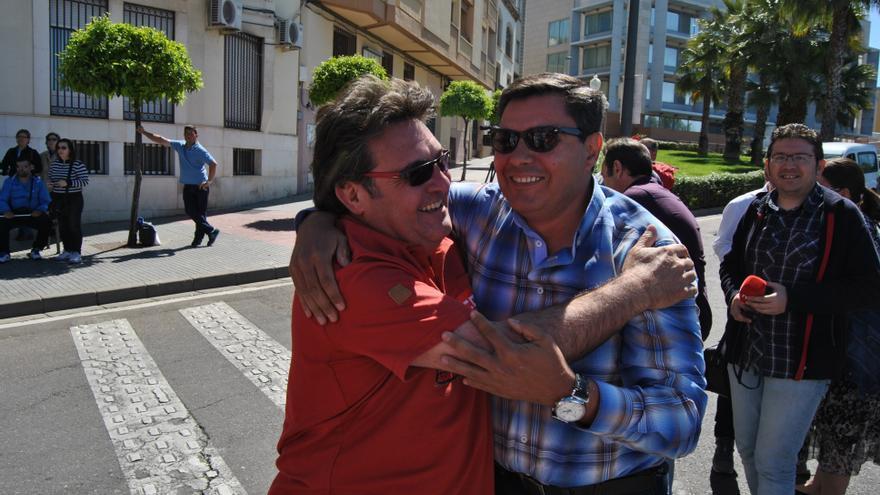 El líder de CCOO Extremadura, Julián Carretero, saluda al exsecretario de UGT Francisco Capilla / JCD
