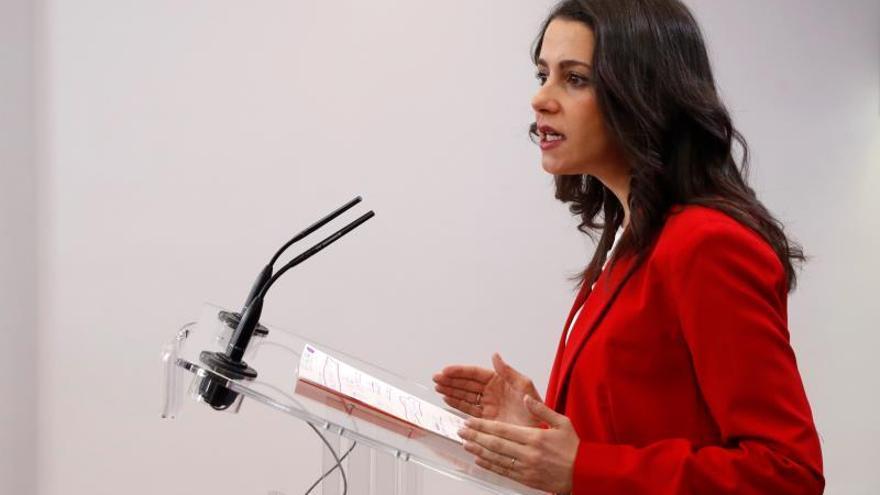 La presidenta y portavoz del Grupo Parlamentario Ciudadanos (GPCs), Inés Arrimadas, durante la rueda de prensa ofrecida este martes en el Congreso sobre iniciativas parlamentarias.