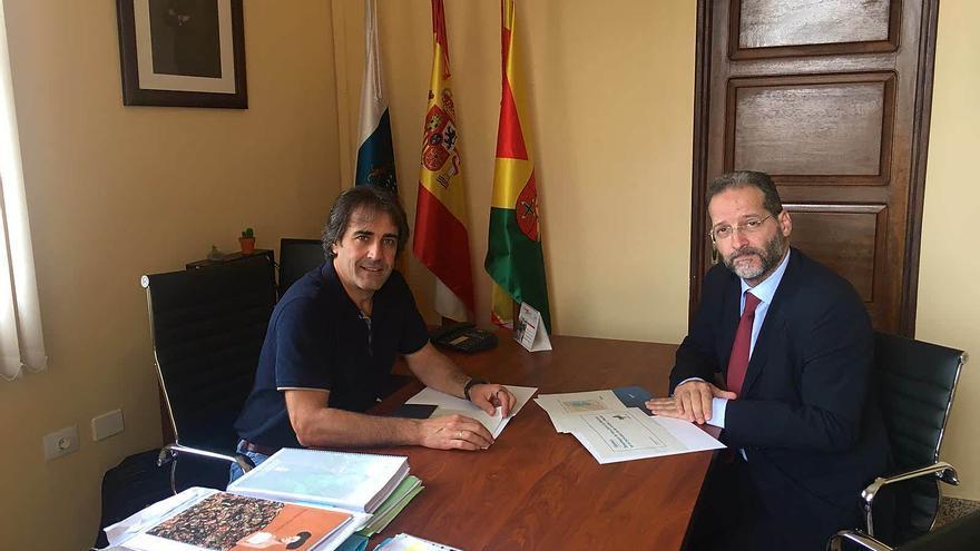 Francisco Paz (i) y Juan Flores durante la reunión.