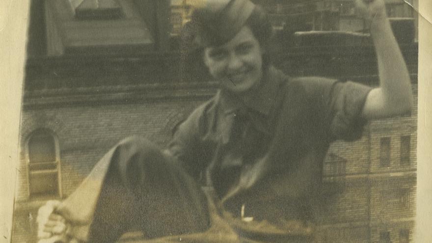 Joven disfrazada de miliciana, posando en un tejado de Manhattan en 1937 o 38. La retratada vive todavía y tiene 93 años. Foto cedida por la familia Cividanes.