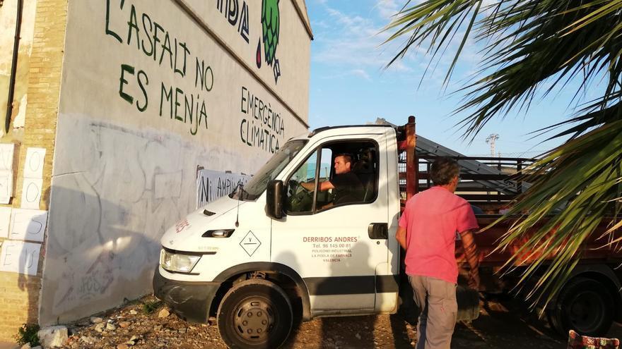 Un camión de la empresa que va a realizar el derribo frente al inmueble