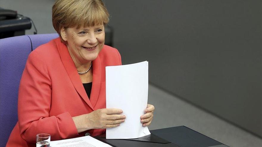 La política de asilo alemana daña la popularidad de Merkel, según un sondeo