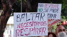 Pancarta con una referencia al consejero de Sanidad, en una protesta celebrada en la capital tinerfeña