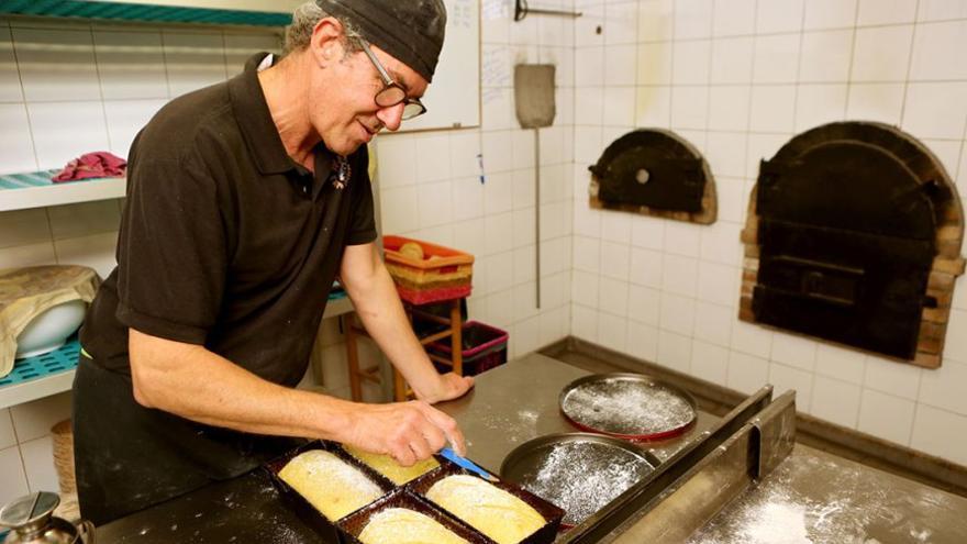 Lisandro prepara el pan ecológico de manera tradicional. (Alejandro Ramos).