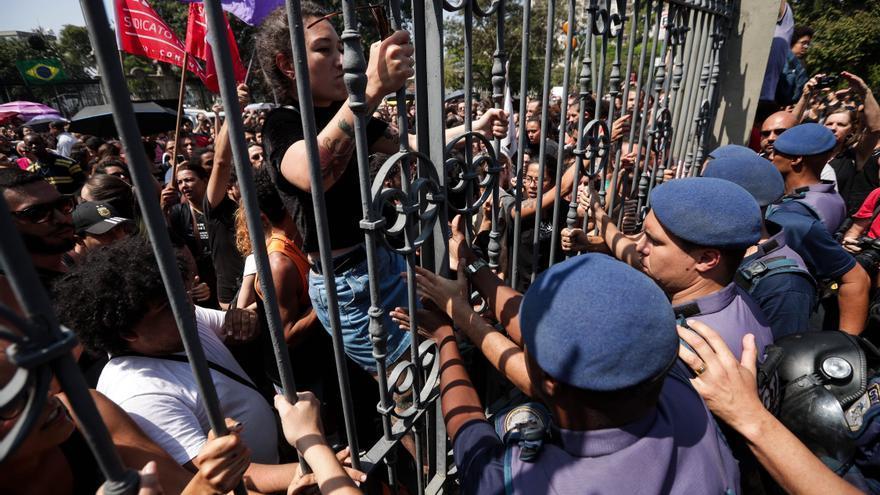 Manifestantes se enfrentan a la guardia municipal de Río de Janeiro durante una concentración frente al Museo Nacional de Río de Janeiro este lunes.