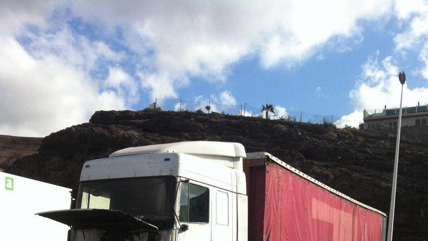 Daños ocasionados por el camión robado de Naviera Armas en Morro Jable