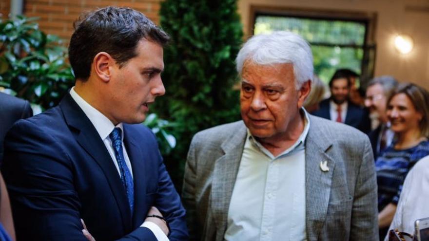 Albert Rivera junto a Felipe González en 2017, durante un acto en la embajada de Colombia en Madrid