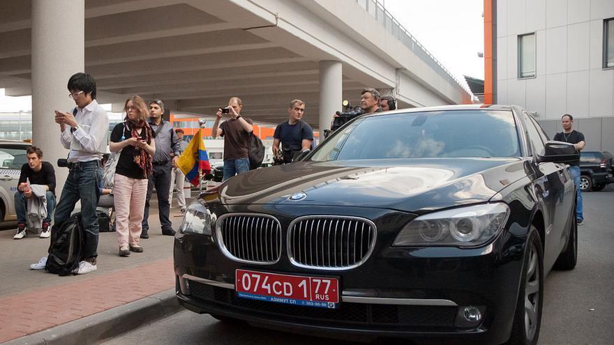 Vehículo diplomático de Ecuador en el Terminal F del Aeropuerto Sheremetyevo, alrededor del momento de llegada de Edward Snowden. By Dmitry Rozhkov bajo licencia CC-BY-SA-3.0 via Wikimedia Commons