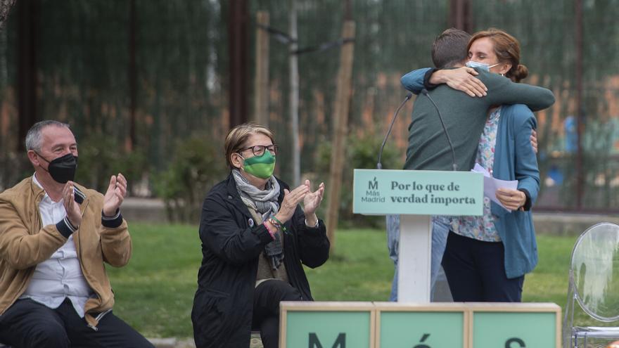 El líder de Más País, Íñigo Errejón, abraza a la candidata de Más Madrid a la Presidencia de la Comunidad de Madrid, Mónica García, durante el acto 'El Sur nos importa'