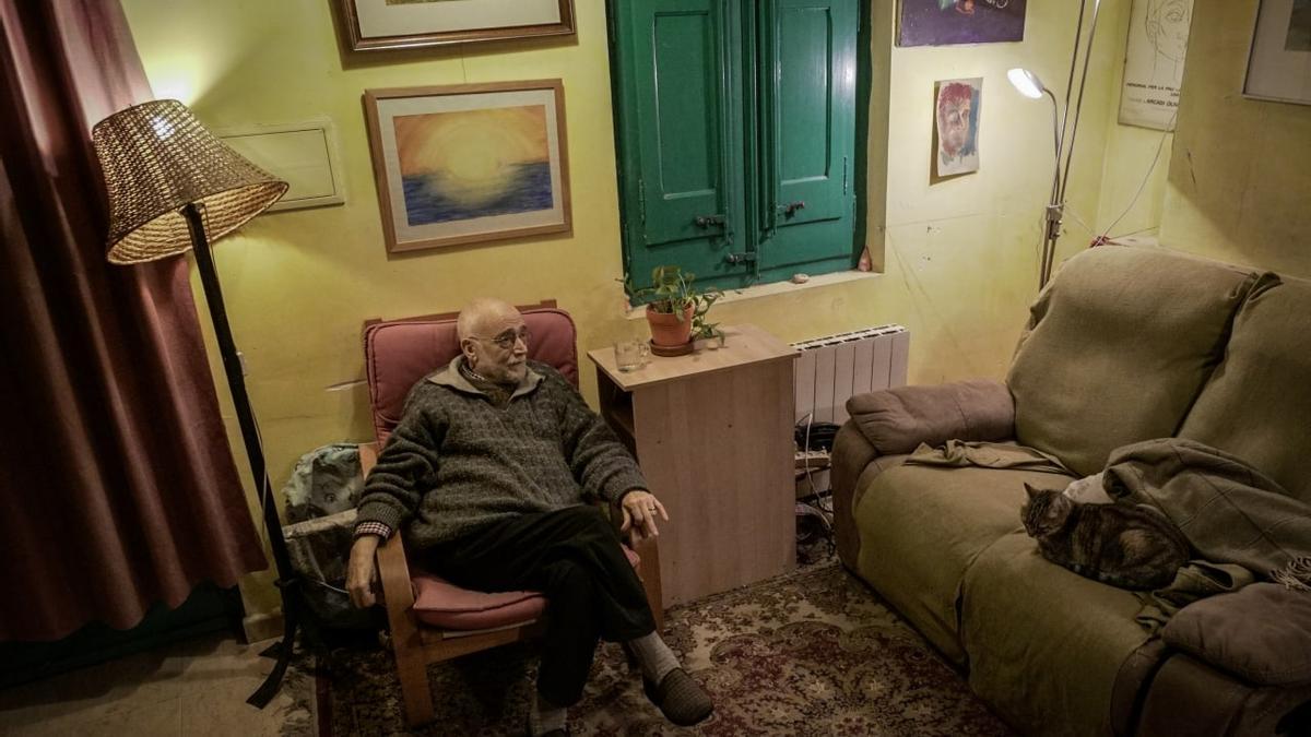 Arcadi Oliveres, en el salón de su casa en Sant Cugat del Vallès