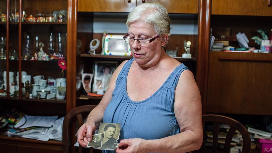 Montserrat, con el retrato de sus padres, en su casa de la calle Flassaders, 32. /ENRIC CATALÀ