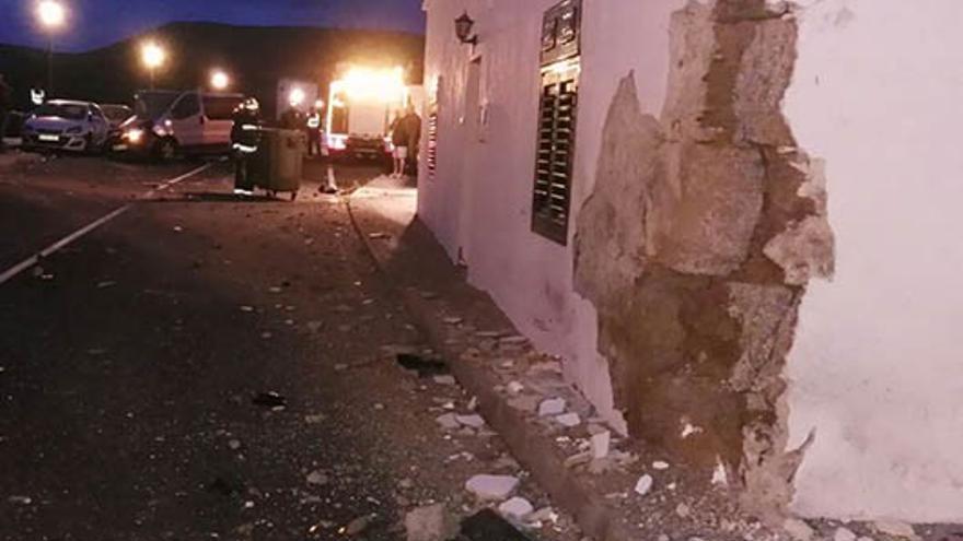 Un vehículo impacta contra una vivienda en Tinguatón en un aparatoso choque.