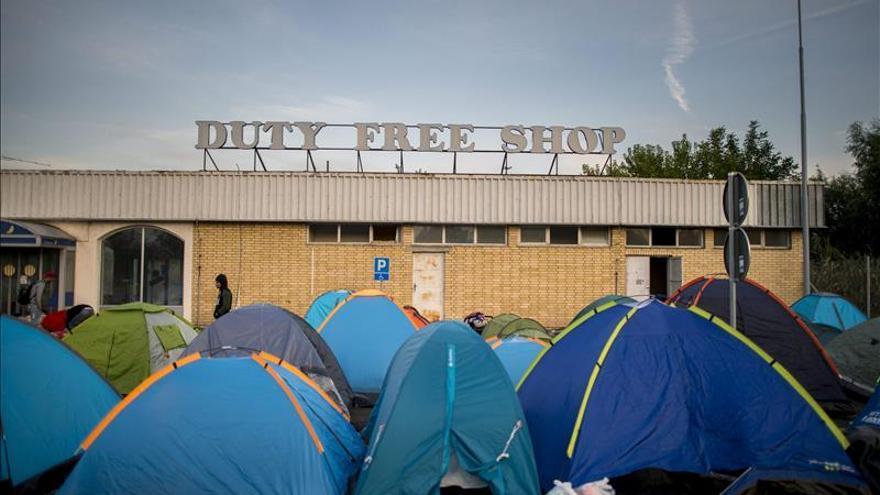 Vista de las tiendas de campaña que han sido colocadas en la frontera entre Serbia y Hungría, este martes 15 de septiembre en Roszke. / Efe.