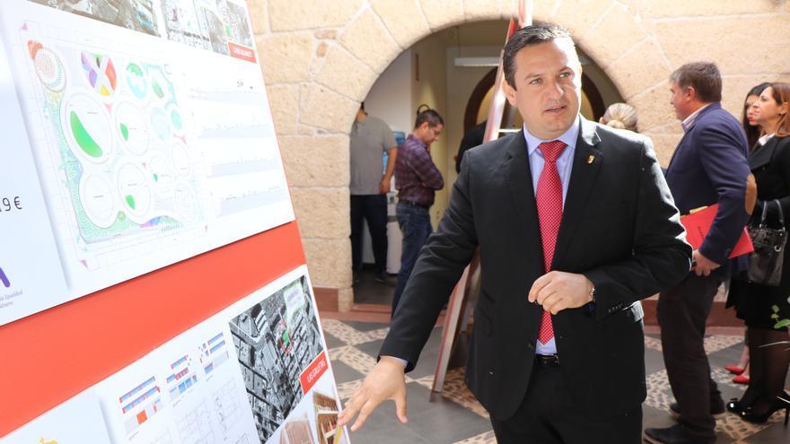 El alcalde de Arona, junto a uno de los paneles informativos
