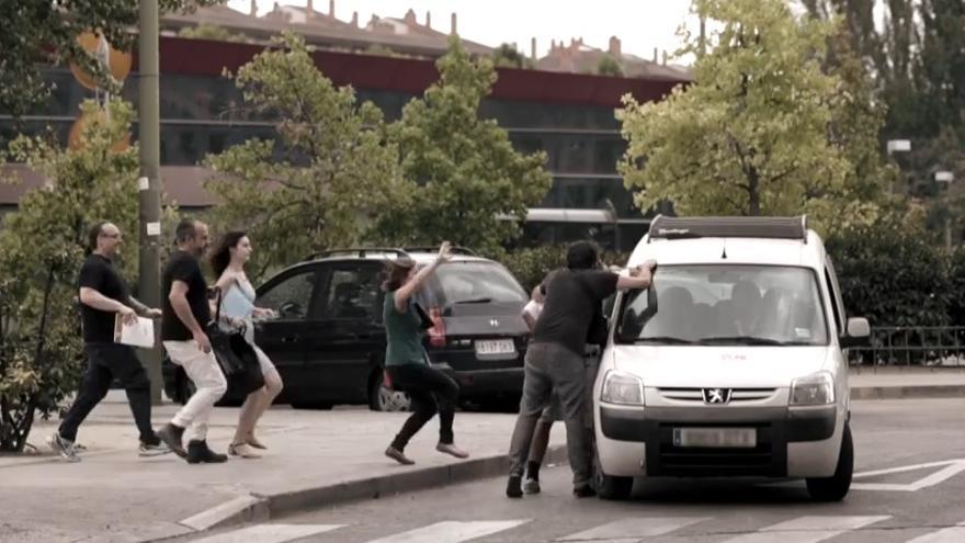 Fotograma del vídeo en el que los interinos corren ante la llegada de una furgoneta de la Consejería de Educación.