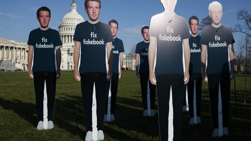 Representaciones a tamaño real de Mark Zuckerberg, fundador de Facebook, en una protesta contra la red social en Washington.