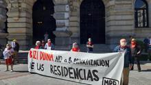"""Pensionistas vascos se concentran en Bilbao para denunciar el """"drama"""" y la """"privatización"""" de las residencias de ancianos"""