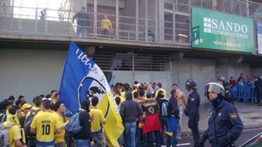Aficionados de la UD Las Palmas en las proximidades del Heliodoro Rodríguez López. (ACN PRESS)
