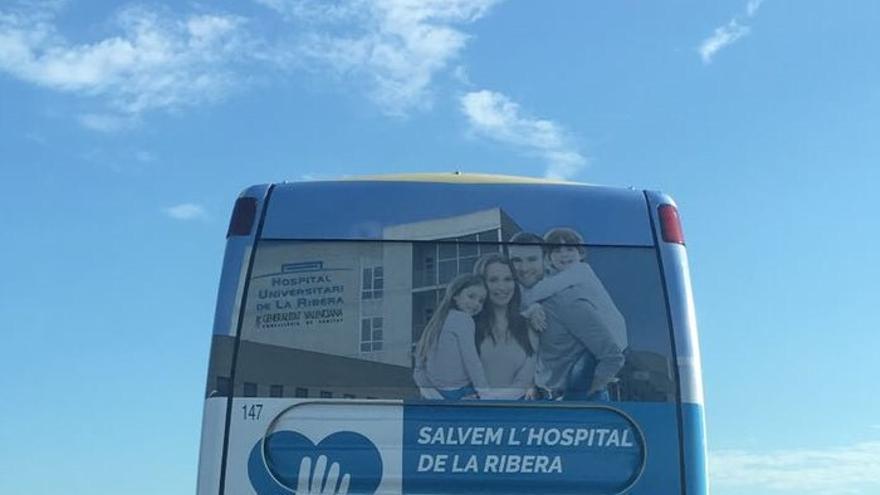 Autobús en defensa de Ribera Salud.