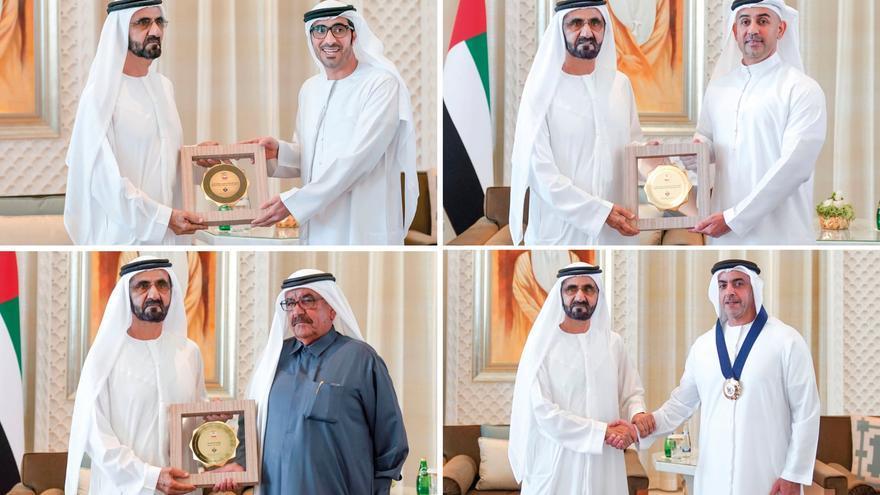 Sheik Mohammed bin Rashid al-Maktoum entrega los premios de igualdad de género.
