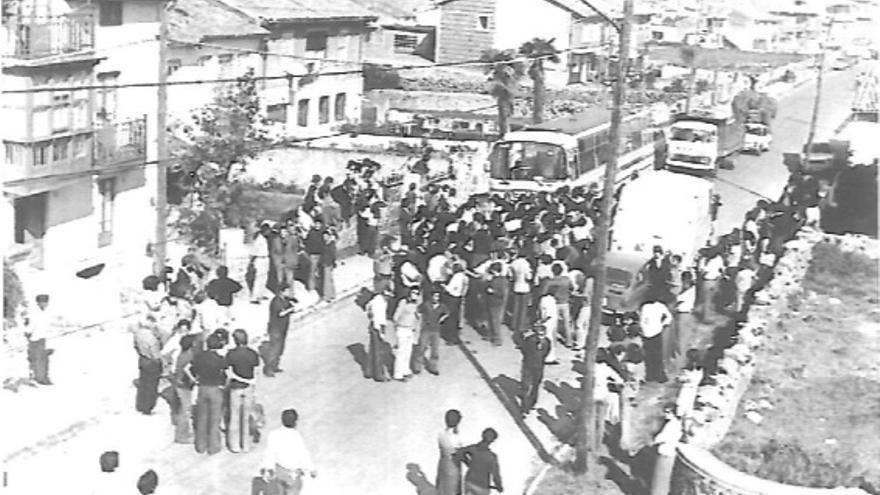Sentada de los vecinos de Cueto contra el autobús urbano en 1977.