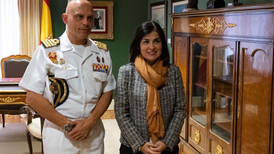 El capitán de navío Ignacio Paz y la presidenta del Parlamento de Canarias, Carolina Darias, este lunes