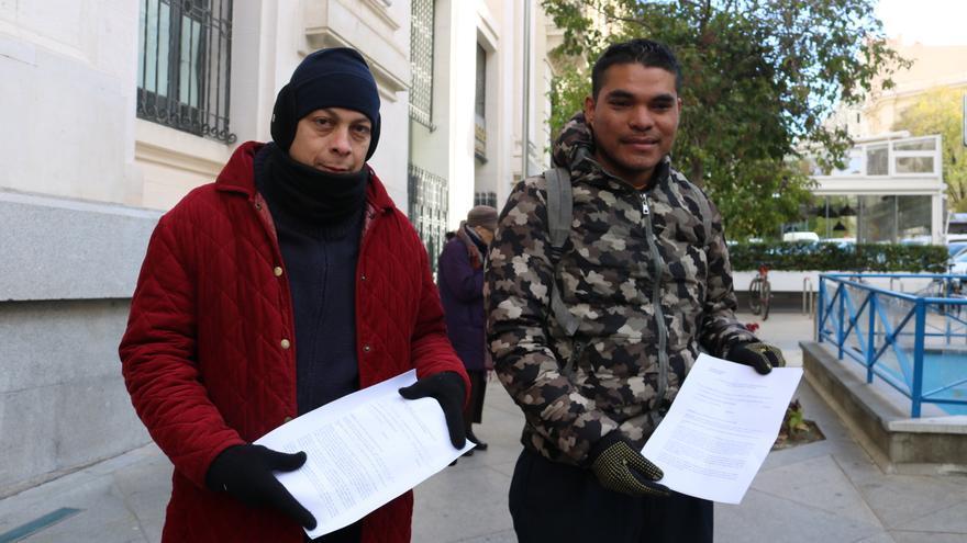 Dos solicitantes de asilo con la queja presentada ante Ministerio de Trabajo y Ayuntamiento
