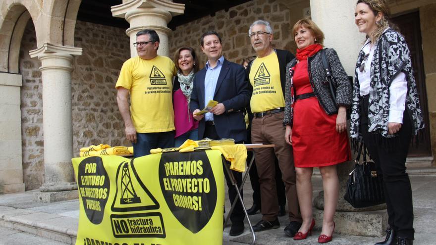Firma del compromiso con la Plataforma contra el Fracking en Guadalajara