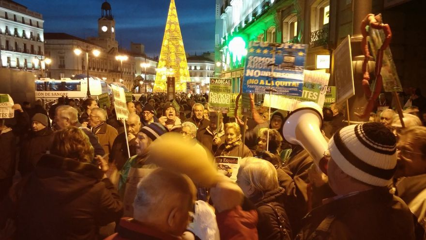 Protesta de los preferentistas ante una sucursal de Caja Madrid / Manu Conteras