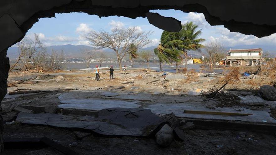 Indonesia estudia convertir zonas afectadas por el terremoto en fosas comunes