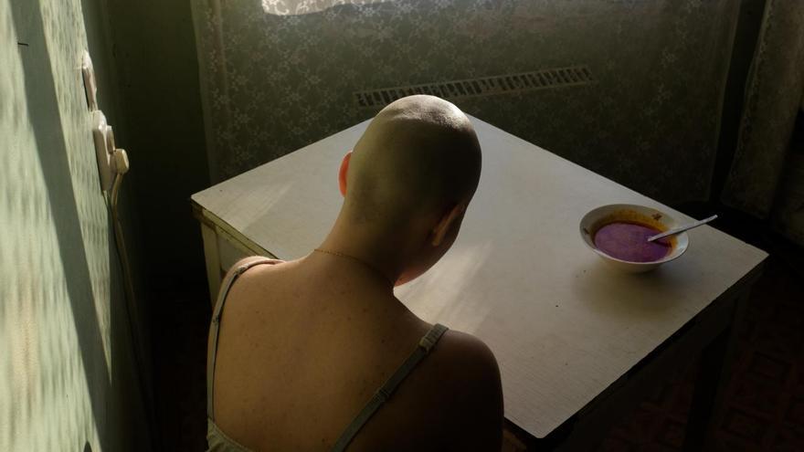 'When I Was Ill', ganadora del tercer premio en la categoría 'Retratos'. Alyona Kochetkova se sienta en casa sin ganas para comer una sopa de remolacha, su comida favorita, durante el tratamiento para el cáncer.