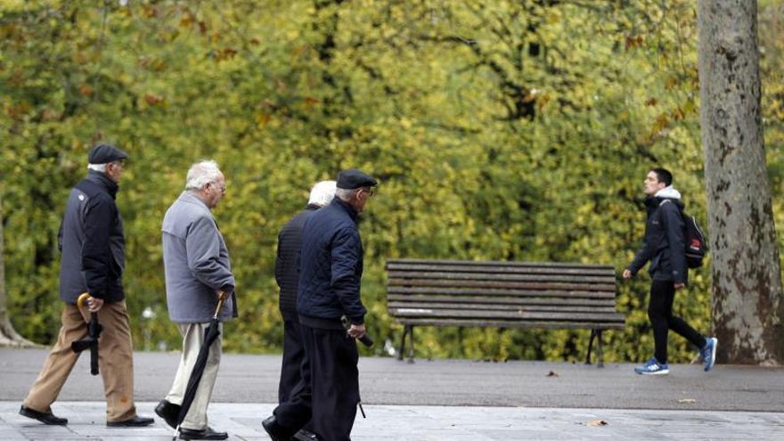Pensionistas y jubilados pasean en un parque en Bilbao.