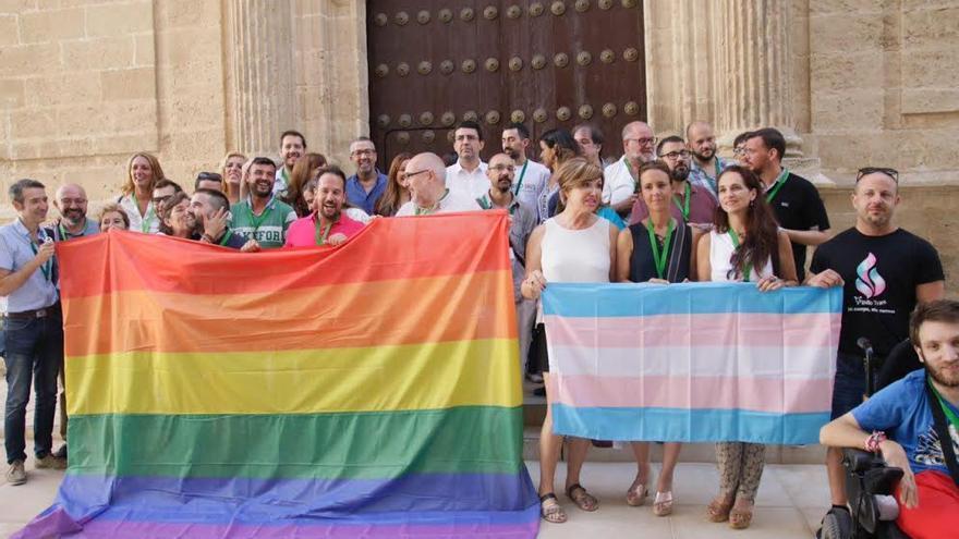 Diputados de Podemos y el PSOE con los colectivos LGTBI.