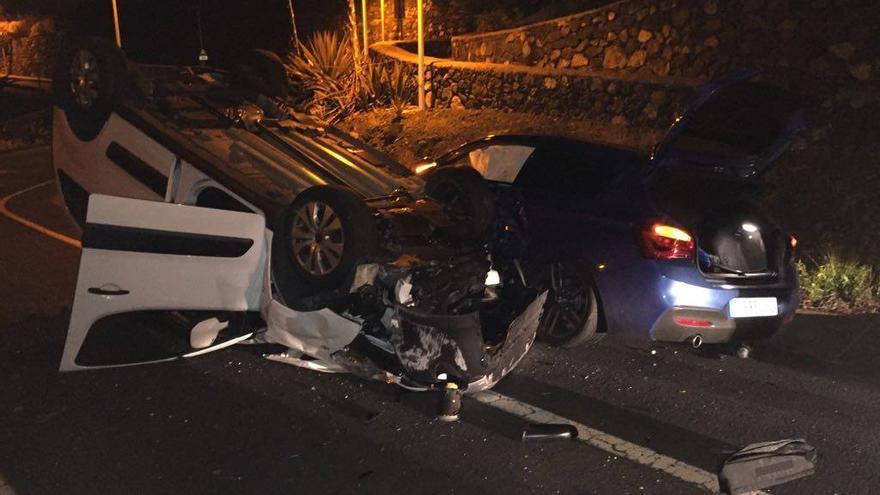 En la imagen, los dos vehículos accidentados. Foto: BOMBEROS LA PALMA.