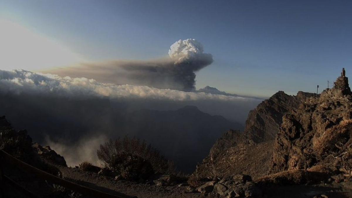 Imagen de la columna de humo y ceniza del nuevo volcán de La Palma captada el pasado jueves de la webcam del IAC en el Roque de Los Muchachos.