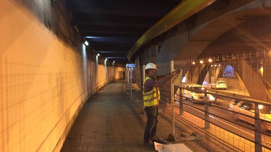 Un operario poniendo el vallado previo al inicio de las obras